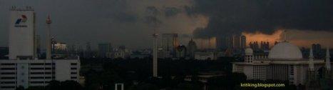 ketika Jakarta disaput mendung sangat tebal di suatu hari
