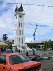 jam gadang itu dilihat dari depan pasar atas